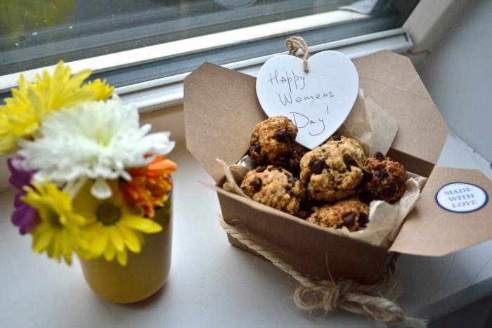 Happy International Women's day and a little healthy treat! /С 8 марта дорогие дамы! И рецепт полезных печенек с шоколадом.